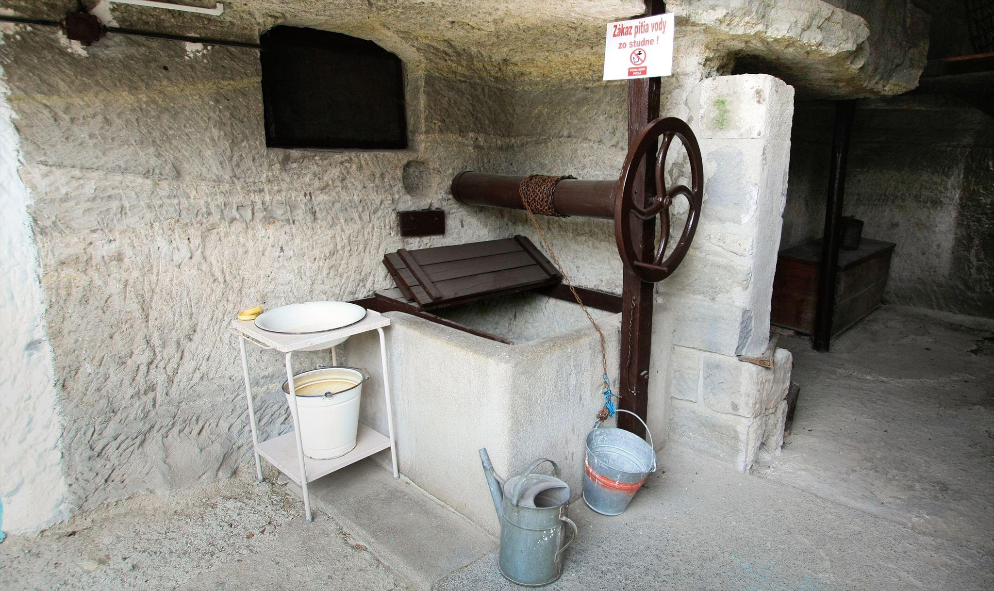 studňa vyhĺbená do tufového kameňa
